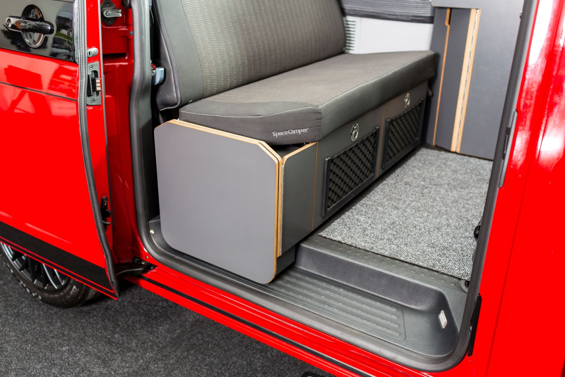 seitlicher schrank mit klapptisch der spacecamper vw t6 camping ausbau reisemobil wohnmobil. Black Bedroom Furniture Sets. Home Design Ideas